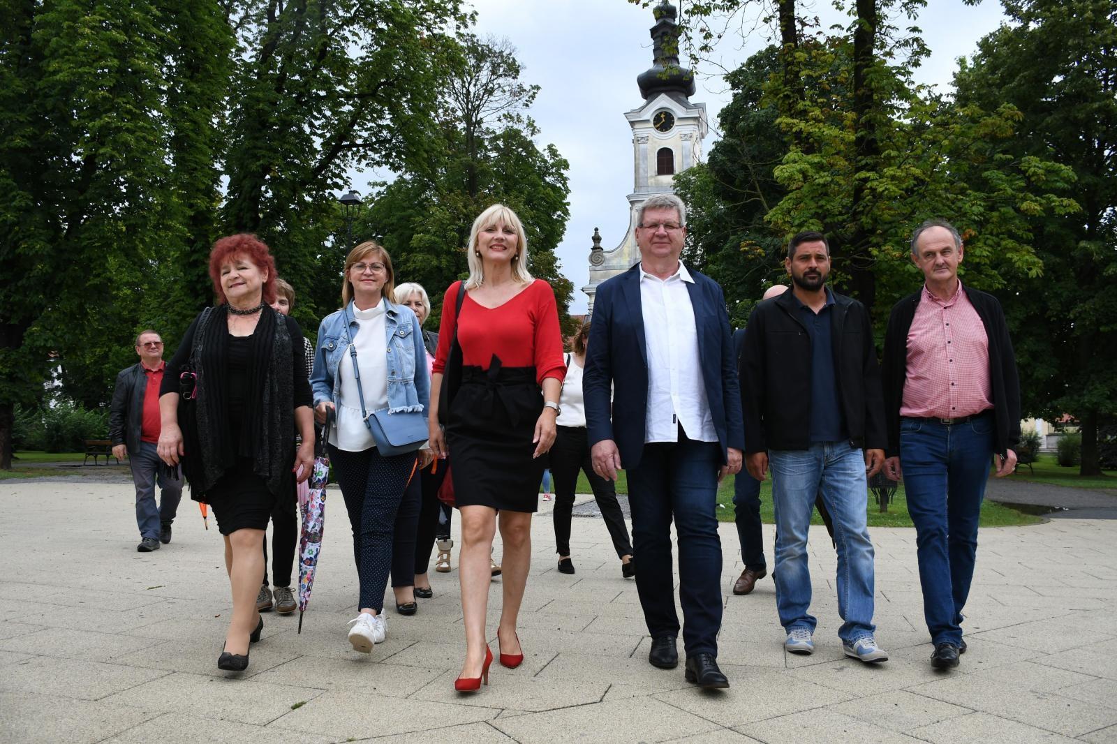 1 / 1 – Bojana Hribljan, potpredsjednica Demokrata i Mirando Mrsic, predsjednik Demokrata zajedno s članicama i članovima u šetnji Bjelovarom, photo: Damir Spehar - PIXSELL