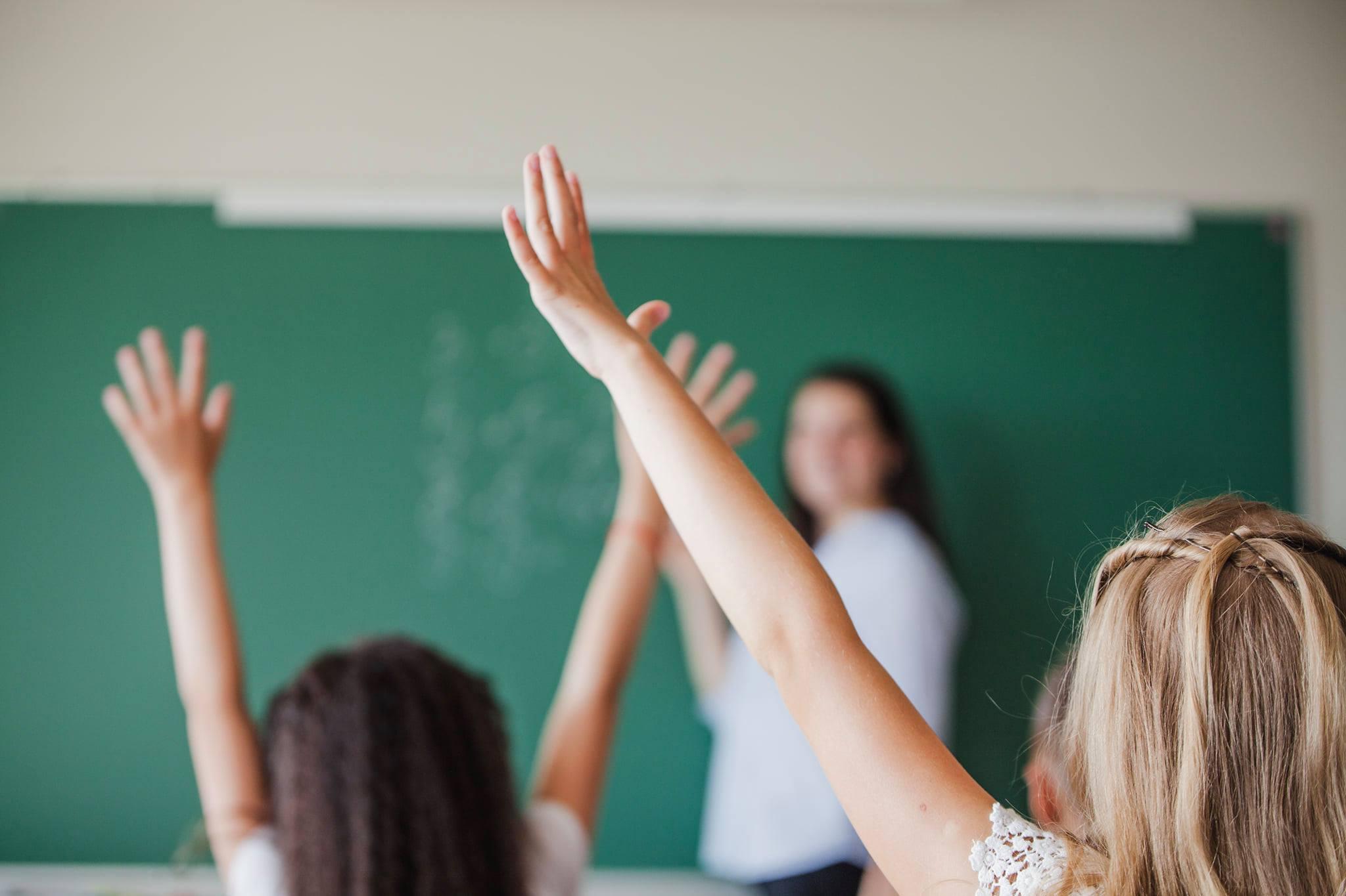 Ilustracija - djeca u školi, izvor: freepik.com