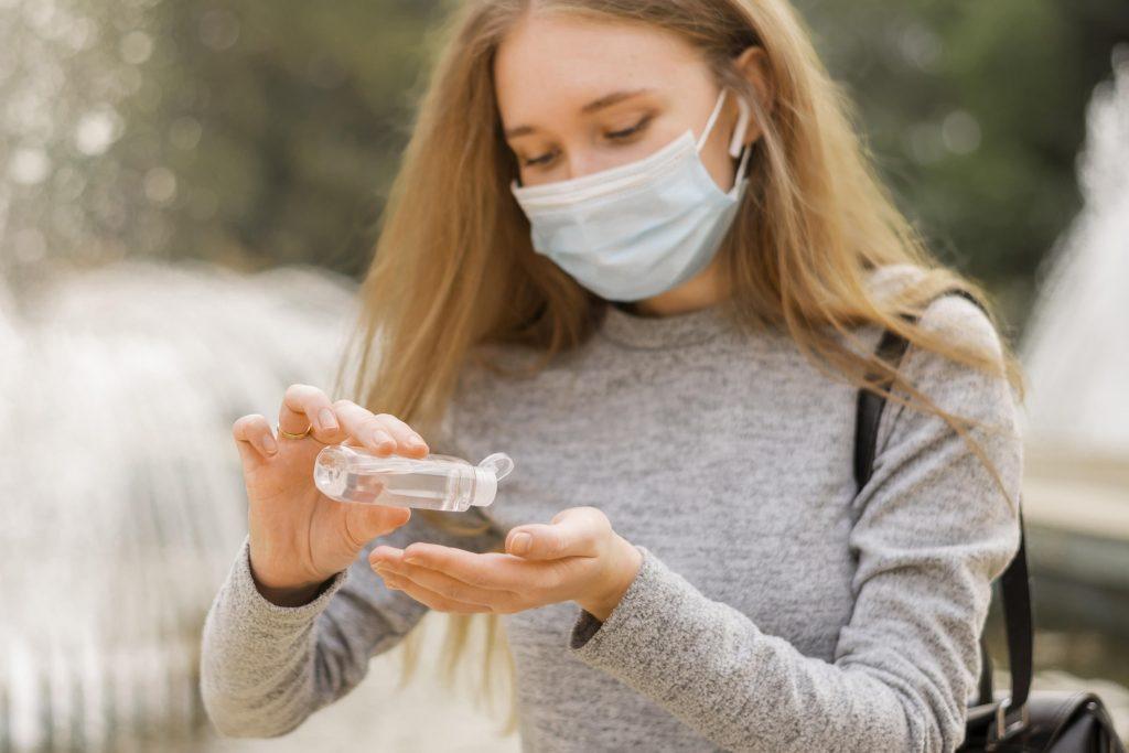 Ilustracija - dezinficiranje ruku i nošenje zaštitne maske na otvorenom, izvor: freepik.com